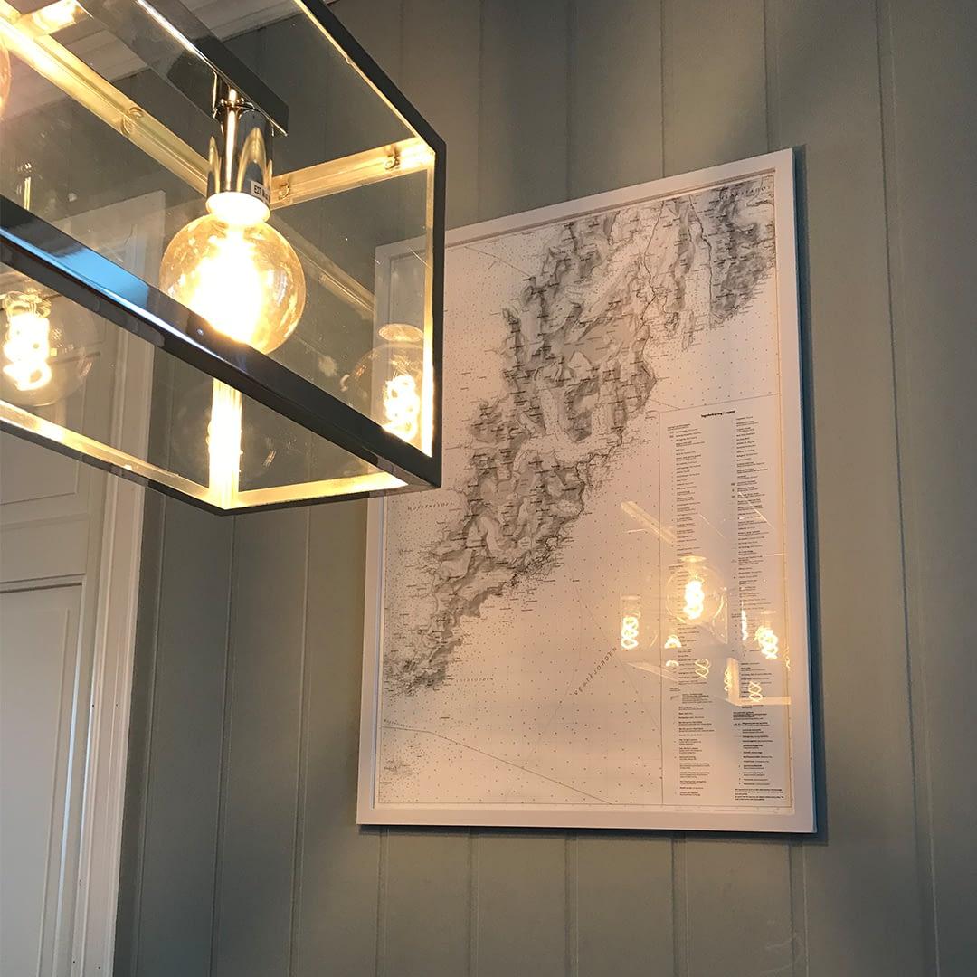 Veggkart og lampa